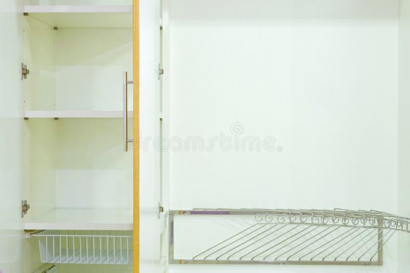 Внутренний современный деревянный шкаф для современных дома и оформления стоковые изображения