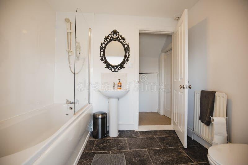 Внутренний современный Bathroom стоковые фото
