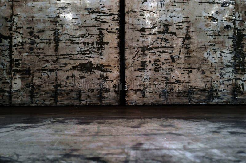 Внутренний старый контейнер тележки после работы долгое время стоковое изображение rf