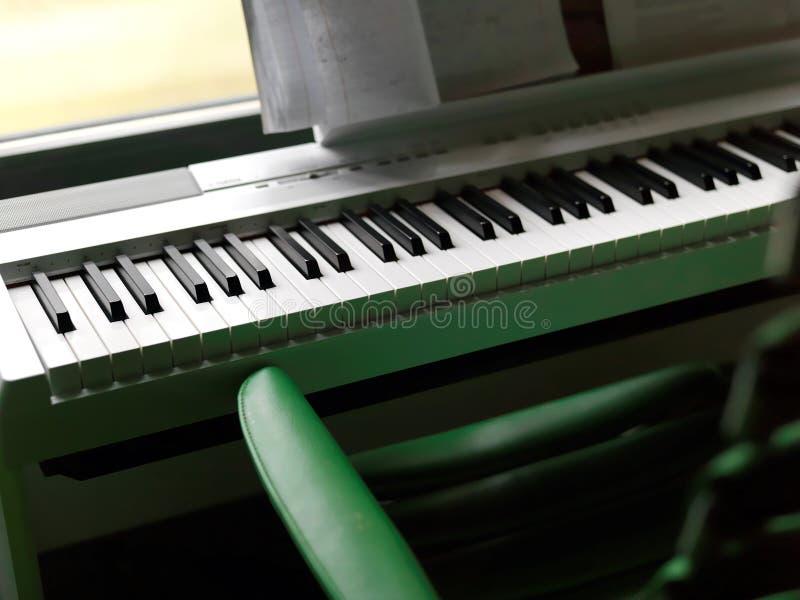 Внутренний с цифровым роялем стоковое изображение