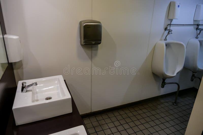 внутренний bathroom современного парома моря стоковые изображения rf