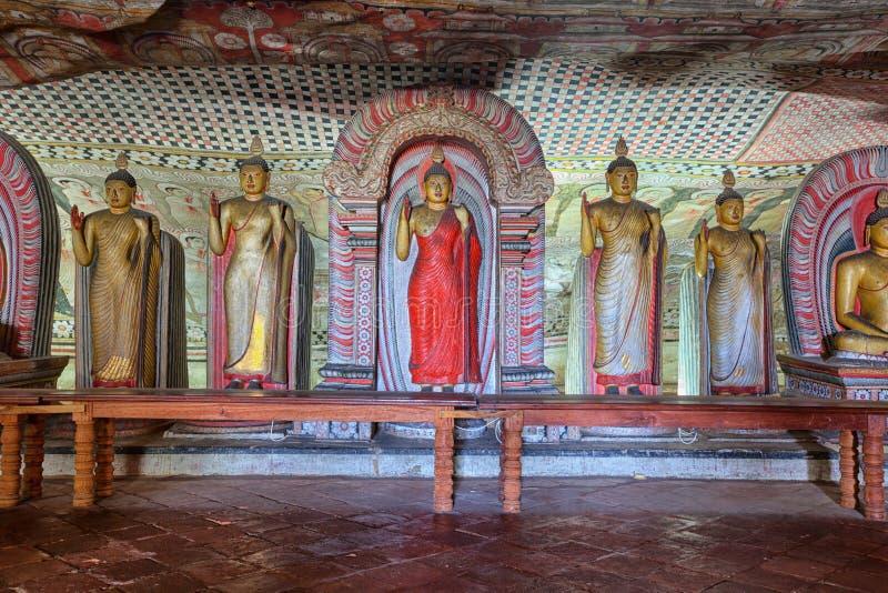 Внутренность виска пещеры Dambulla статуя Будды стоящая стоковые изображения