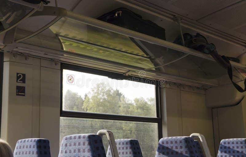 Внутренность в поезде с пустыми обитыми местами и окном, tra стоковая фотография rf