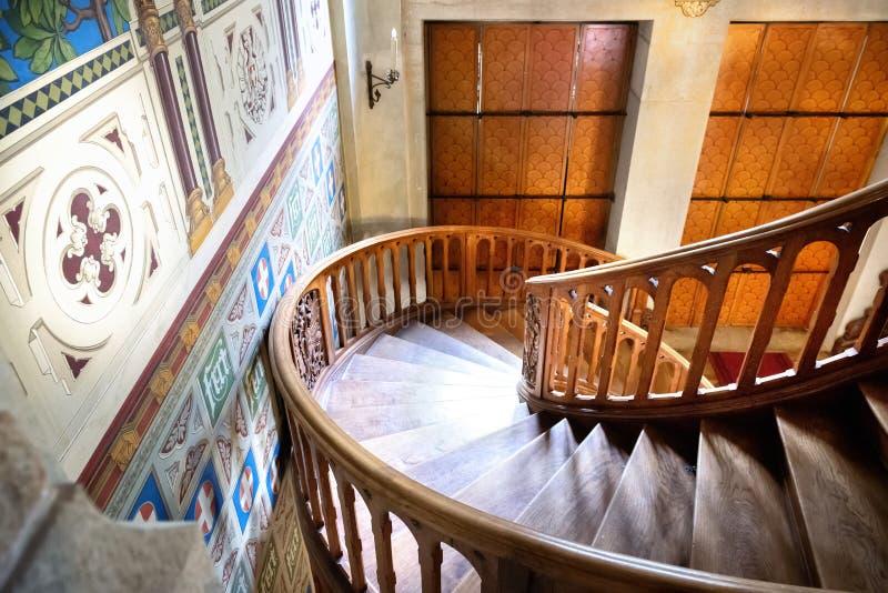 Внутренность замка Savoia, фантастическая деревянная лестница , Святой Джин Gressoney, Аоста, Италия стоковые фото