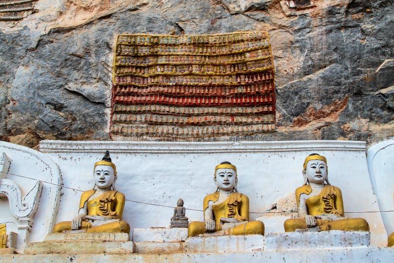 Внутренность статуй Будды пещеры Thaung Ka Kaw в Hpa-An, Мьянме стоковое фото