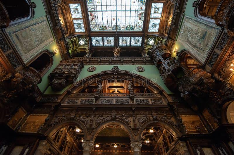 Внутренняя архитектурноакустическая деталь замка Peles от Румынии, также известная как королевский дворец стоковое изображение rf