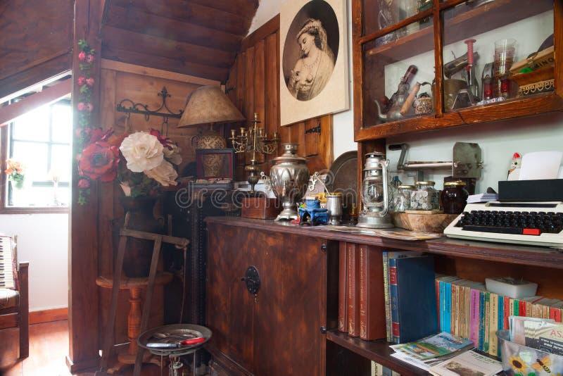 Внутренняя винтажная живущая комната Ретро введенный в моду интерьер дизайна стоковая фотография rf