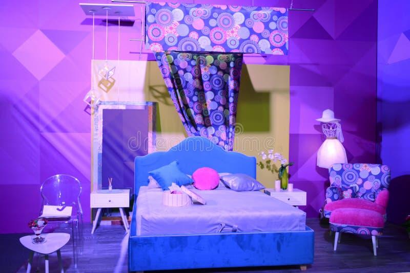 Внутренняя выставка, дизайн спальни современный в ультрафиолетов цветах стоковые фото