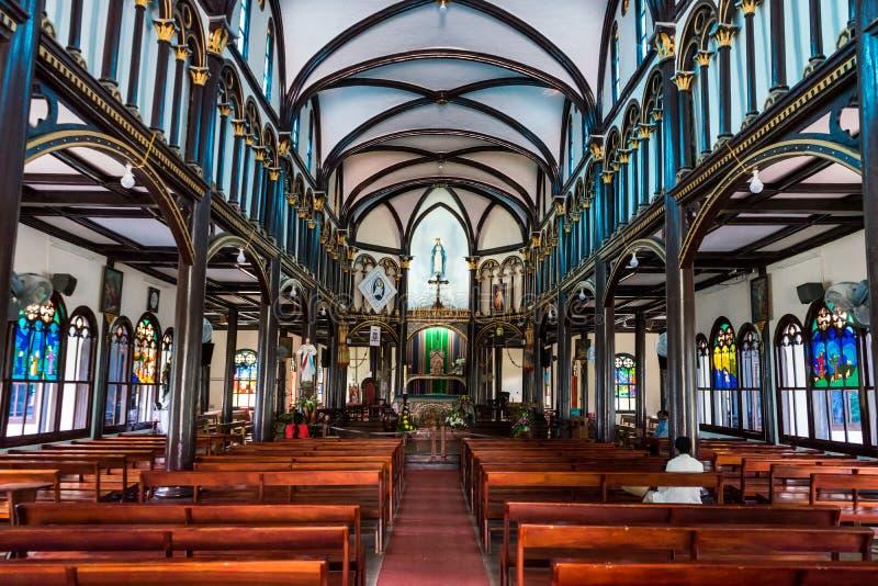 Внутренняя деревянная церковь Kon Tum стоковая фотография rf