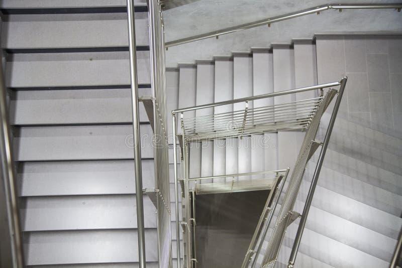 Внутренняя деталь современного здания с лестницами стоковые фотографии rf