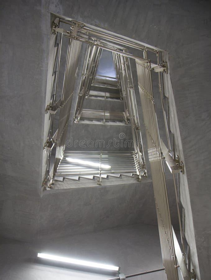 Внутренняя деталь современного здания с лестницами стоковая фотография