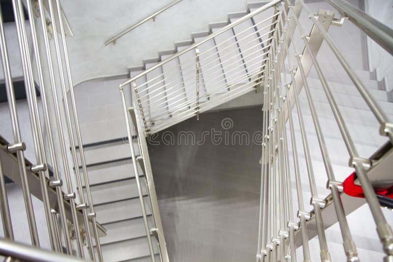 Внутренняя деталь современного здания с лестницами стоковое изображение