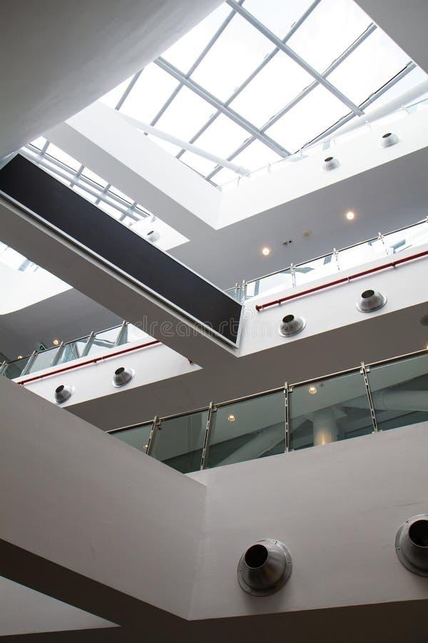 Внутренняя деталь современного здания с стеклянными окнами стоковые фото