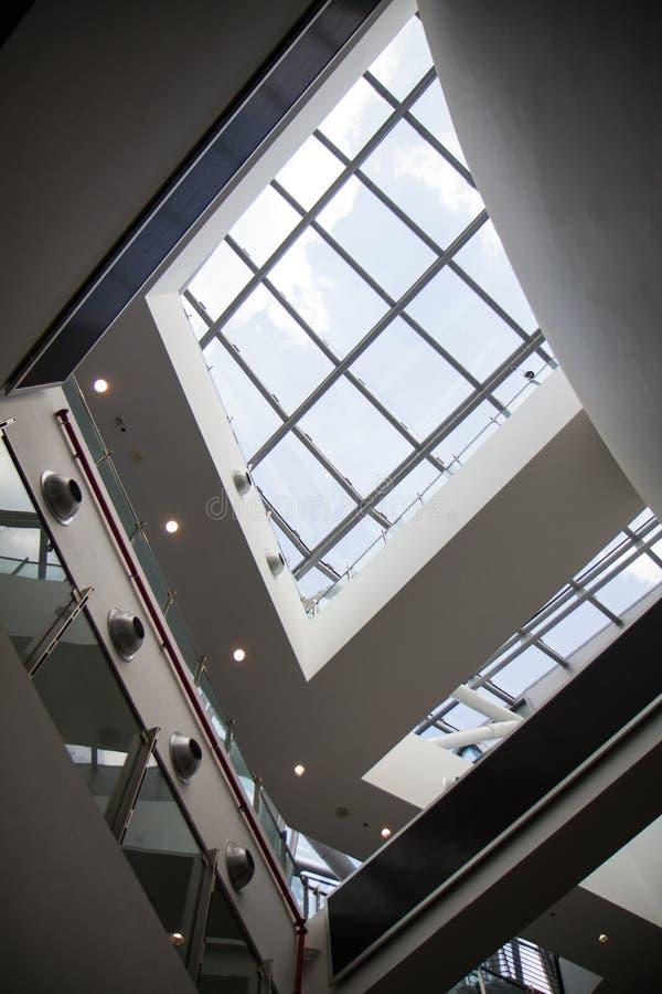 Внутренняя деталь современного здания с стеклянными окнами стоковые изображения