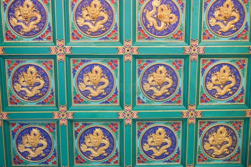 Внутренняя картина золотого дракона на потолке стоковое изображение