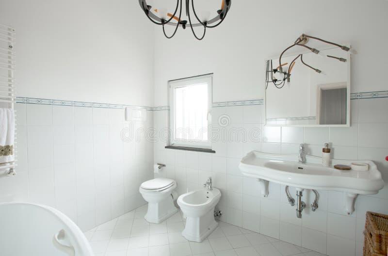 Внутренняя квартира, белая плитка whit ванной комнаты стоковое фото