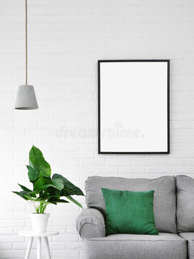 Внутренняя комната лампы подушки изображения цветка софы стоковое изображение