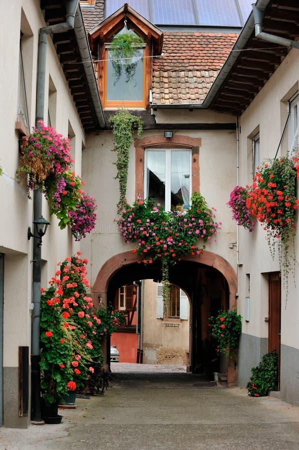 Внутренняя сцена двора на Ammerschwihr, Франции стоковые фотографии rf