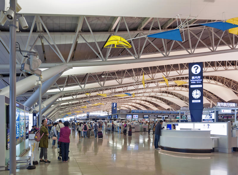 Внутренняя съемка внутри стержня отклонения пассажира, международного аэропорта Kansai, Осака, Японии стоковая фотография rf