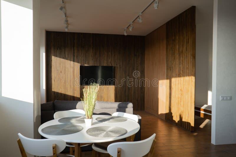 Внутренняя широкая просторная квартира, лучи и деревянный пол стоковая фотография