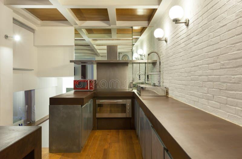 Внутренняя, широкая просторная квартира, отечественная кухня стоковое изображение