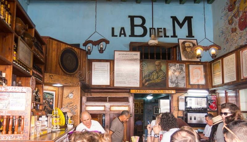 Внутренн Bodeguita del Medio в Гаване С своего отверстия в 194 стоковая фотография rf