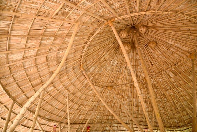 Внутри бамбуковой крыши гонта стоковое изображение rf