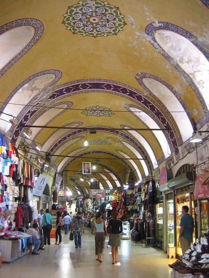 Внутри большого базара Стамбула в Турции со своим украшенным покрашенным потолком стоковое фото rf