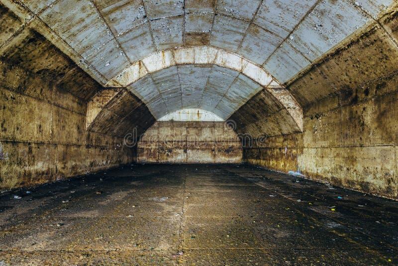Внутри большого ржавого ОН нелегально покинутого топливного бака для дозаправлять тепловозные подводные лодки на фабрике ремонта стоковое изображение rf