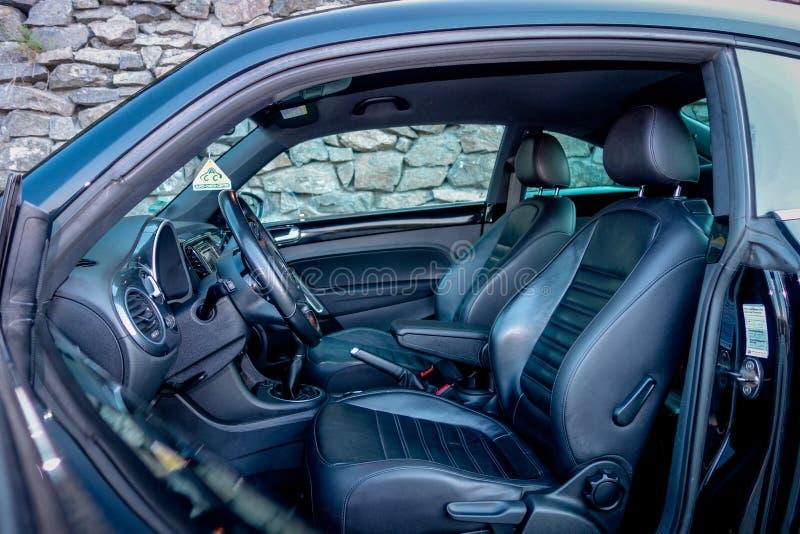 Внутри выведенного автомобиля взгляд со стороны, дверь водителя раскрыл, автомобиль спорта coupe быстрый, классический европейски стоковое изображение rf