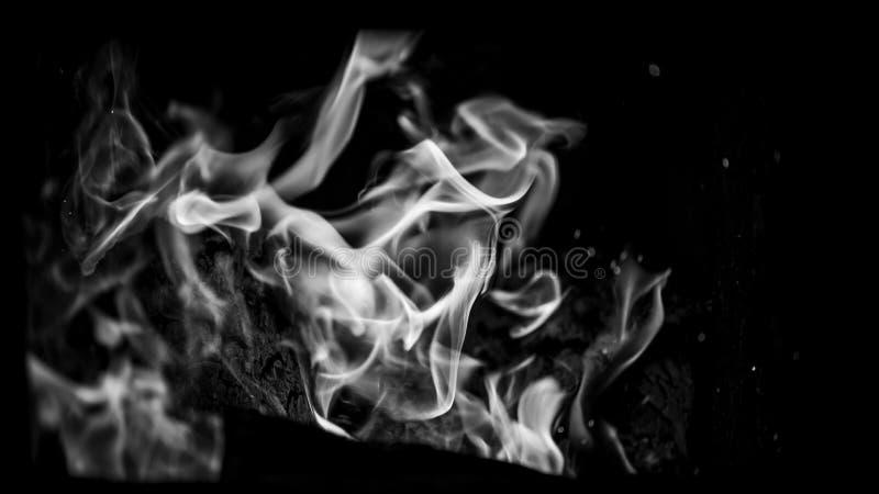 Внутри камина, конец процесса сжигания швырка вверх, сезон зимы, monochrome влияние стоковая фотография