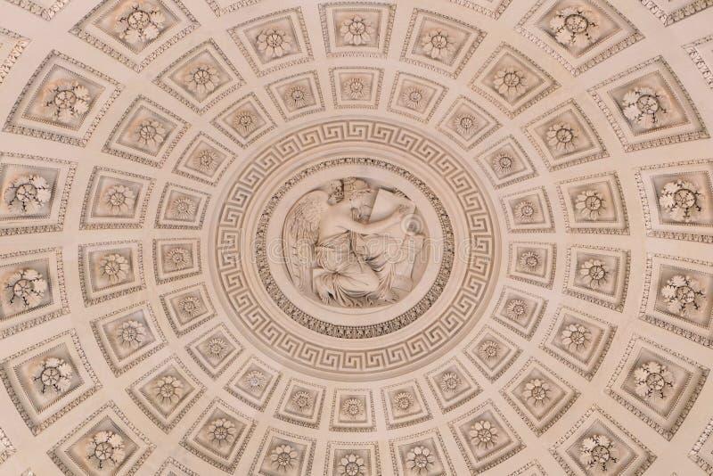 Внутри куполка, богато украшенный потолок с куполом стоковые изображения rf