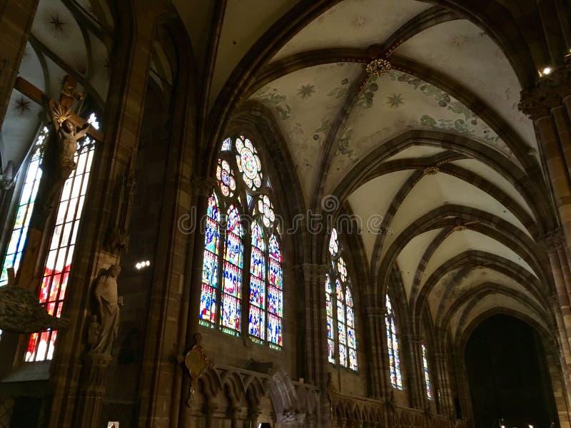 Внутри Нотр-Дам de Страсбурга стоковая фотография