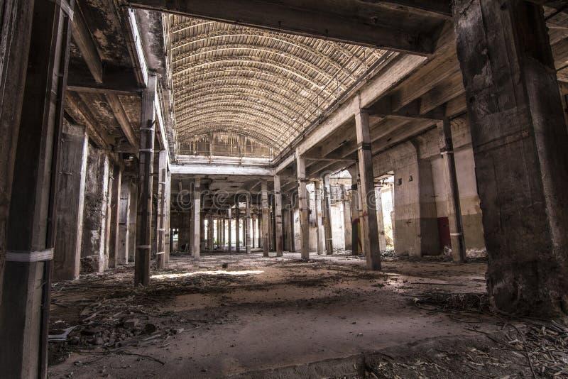 Внутри покинутой фабрики стоковые фотографии rf