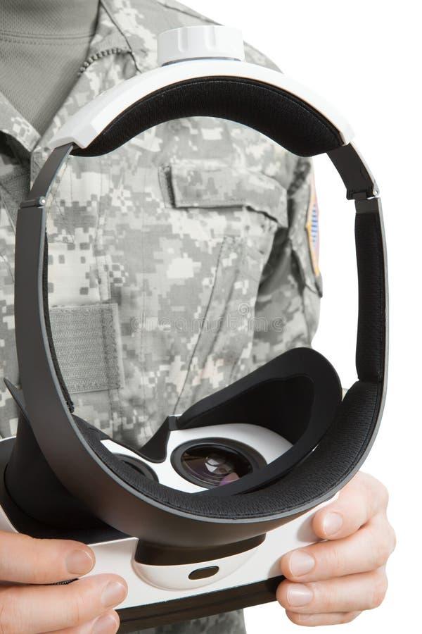 Внутри помещения близкий вверх по съемке военного работая со стеклами VR стоковая фотография