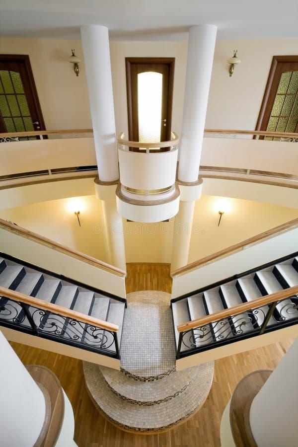 внутри помещения взгляд лестницы хором новый широко стоковые изображения rf