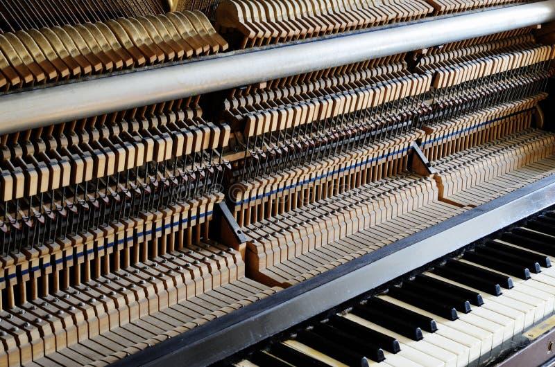 Внутри рояля: строка, штыри и молотки стоковое фото rf