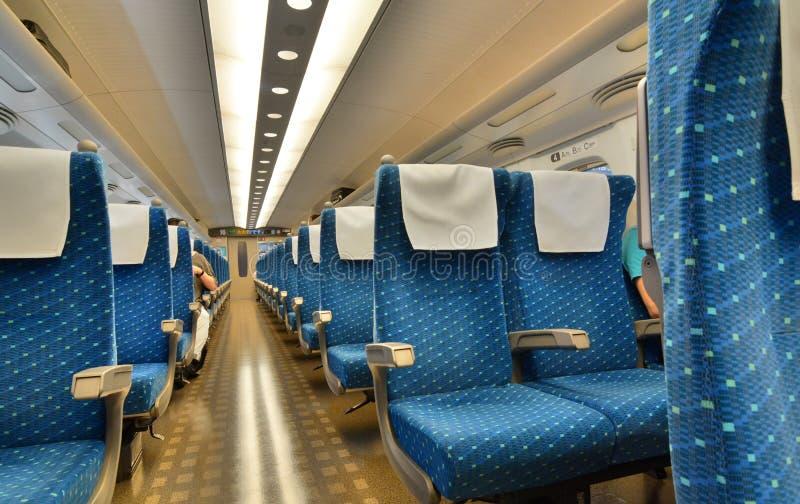 Внутри сверхскоростного пассажирского экспресса Shinkansen серии N700 Станция токио Токио япония стоковое фото