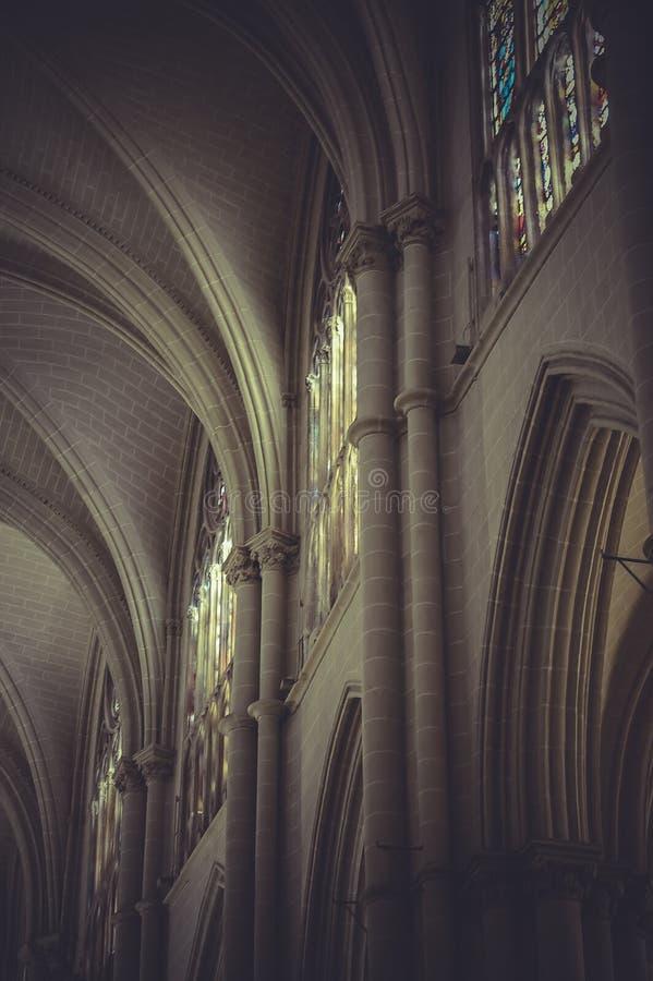 Внутри собора toledo с огромными витражами стоковое изображение rf