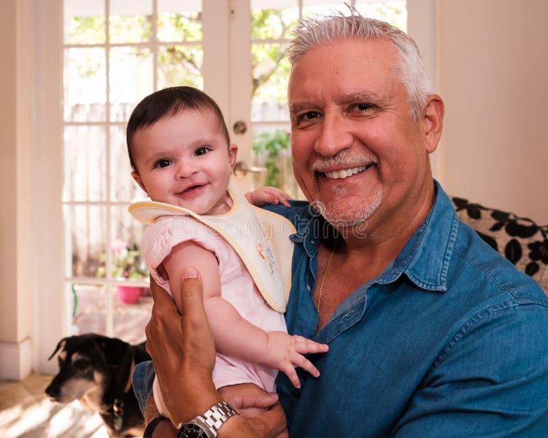 Внучка деда и младенца стоковая фотография