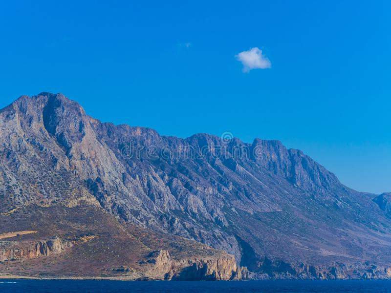 Внушительная береговая линия скалистой горы Крита стоковое изображение