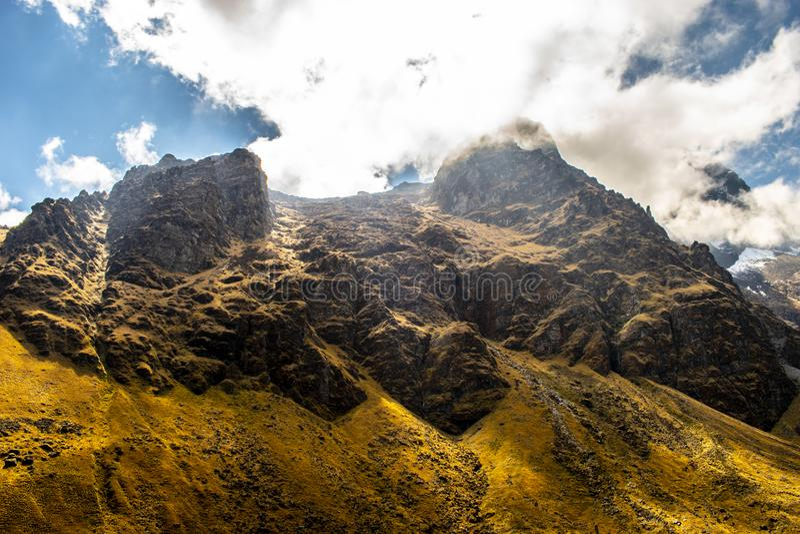 Внушительная могущественная большая гора в пути стоковое фото rf