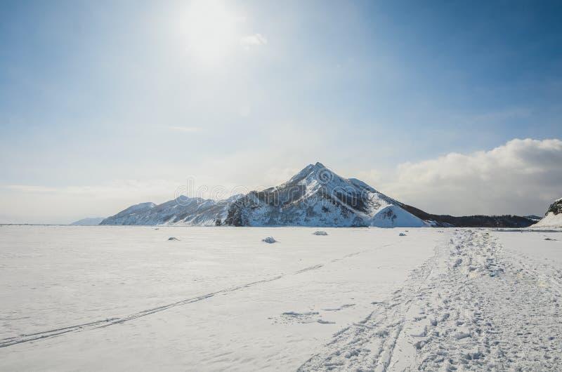Внушительная сольная гора на острове Сахалина стоковое изображение rf