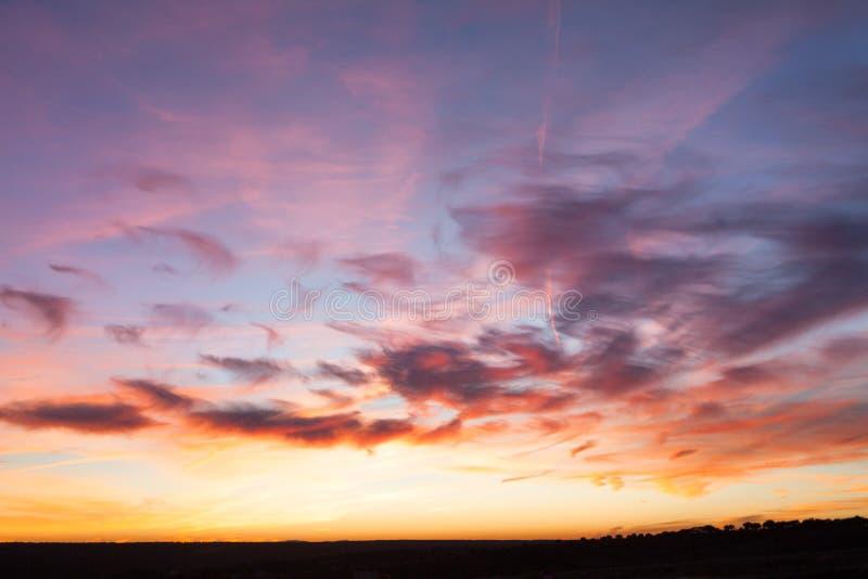 Внушительное драматическое огн-красное горящее небо восхода солнца стоковая фотография
