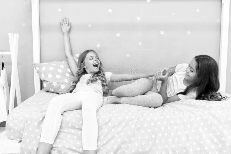 Внушительные добавления иметь сестру Сестры более старые или более молодой главный фактор в братьях имея более положительные эмоц стоковая фотография rf