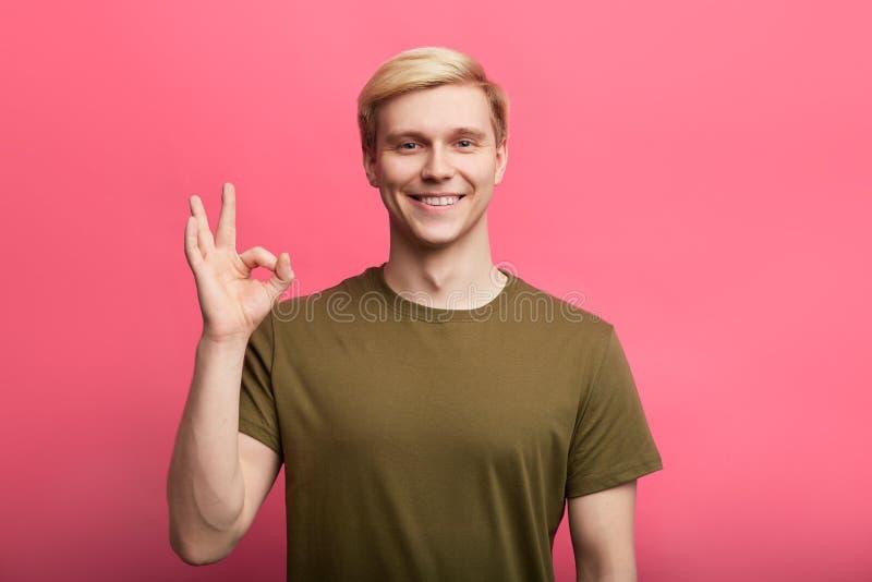 Внушительный шикарный положительный человек показывая его белые зубы стоковое фото rf