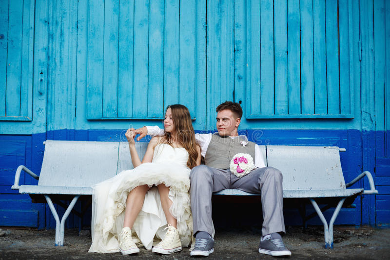 Внушительный молодой представлять пар свадьбы стоковое изображение