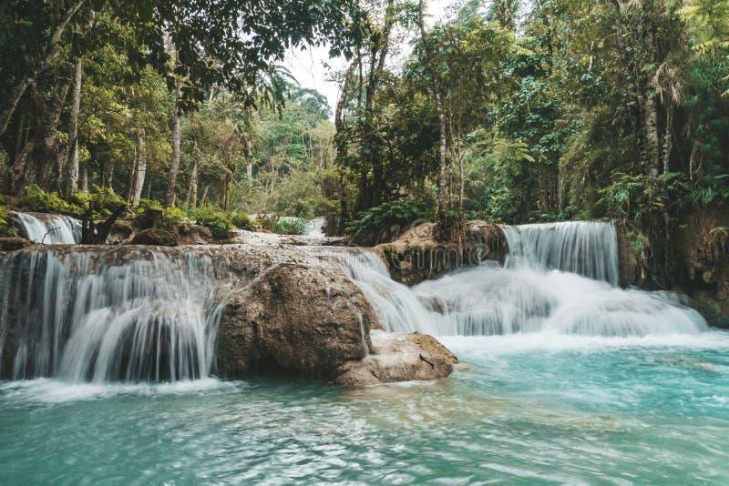Вода бирюзы водопада Kuang Si, Luang Prabang o Красивый пейзаж Водопад в диких джунглях Азиатская природа стоковые фото