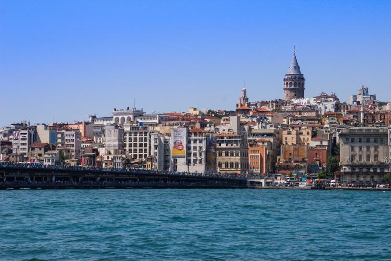 Вода бирюзы пролива Bosphorus от Стамбула Мост над Bosphon с башней Galata стоковая фотография