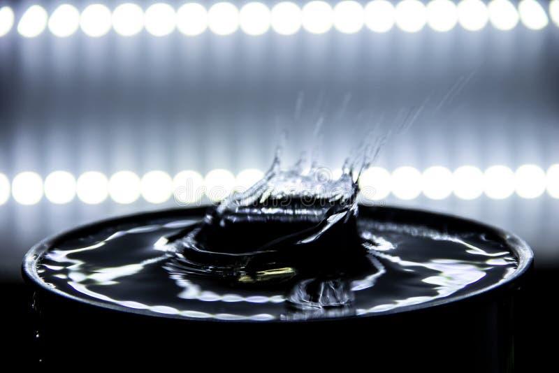 Вода брызгая драматически и пульсация происходят с backlight стоковая фотография rf